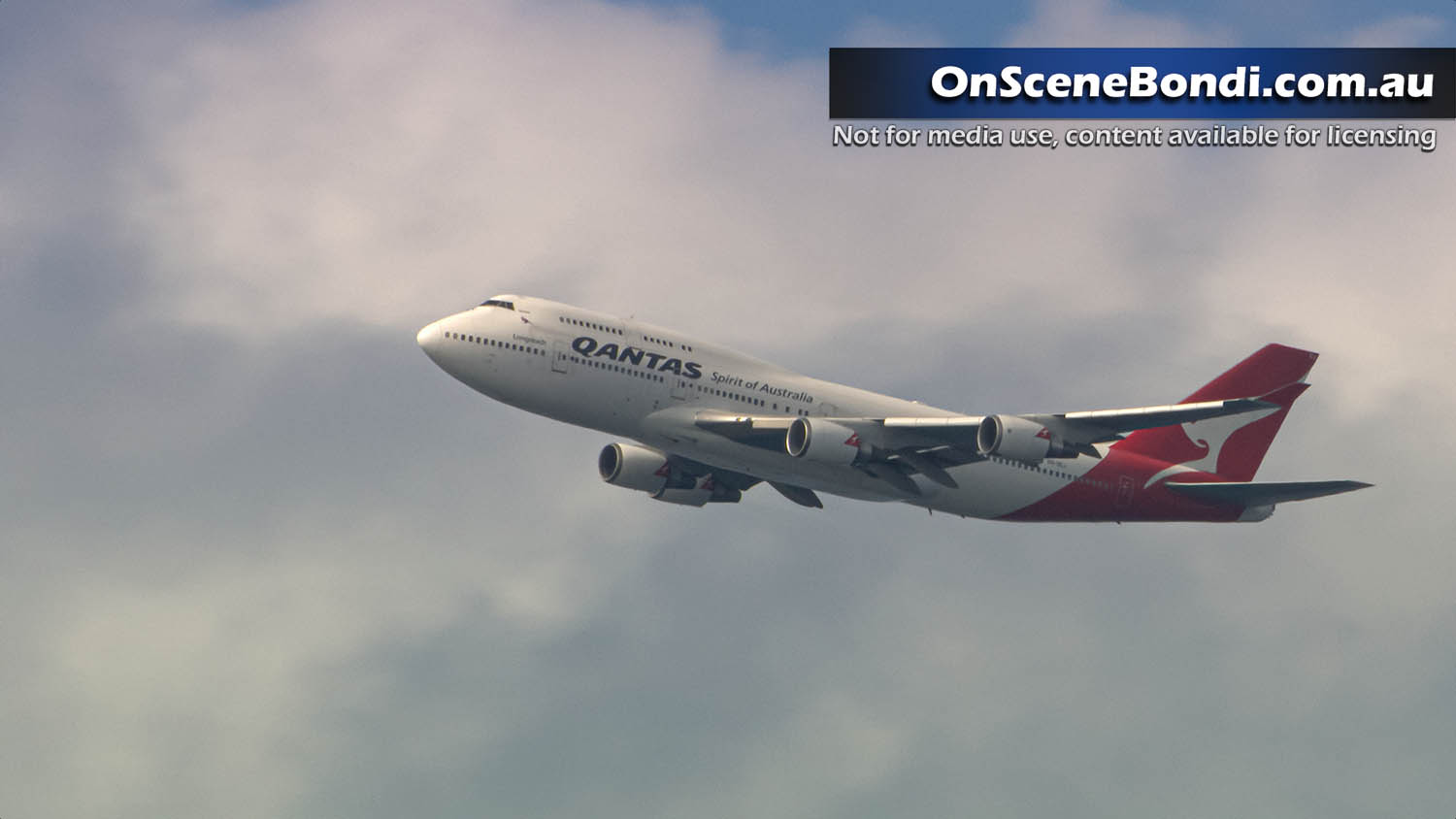 Qantas farewells last 747 with low altitude flight across Sydney